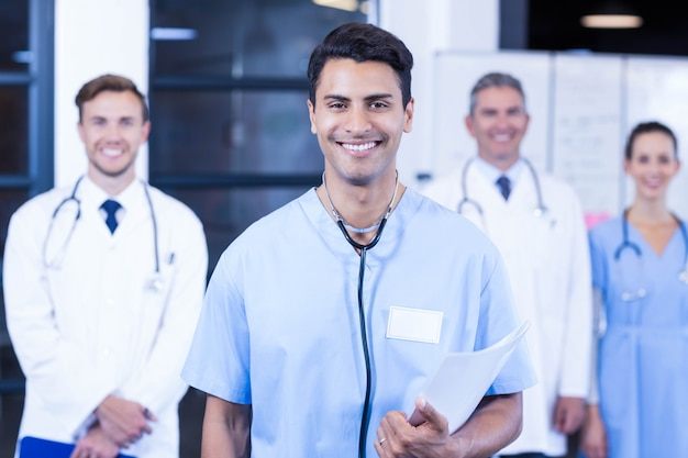 Retrato, de, equipe médica, ficar, junto, e, sorrindo, em, hospitalar