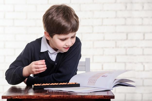 Retrato, de, escola primária, menino, usando, ábaco