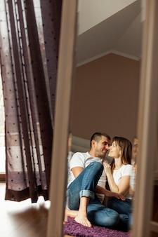 Retrato de espelho de casal feliz