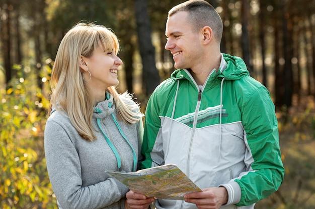 Retrato de esposa e marido olhando um ao outro