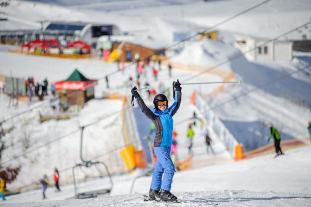 Retrato, de, esquiador, ficar, com, braços cima, ligado, um, pista esqui