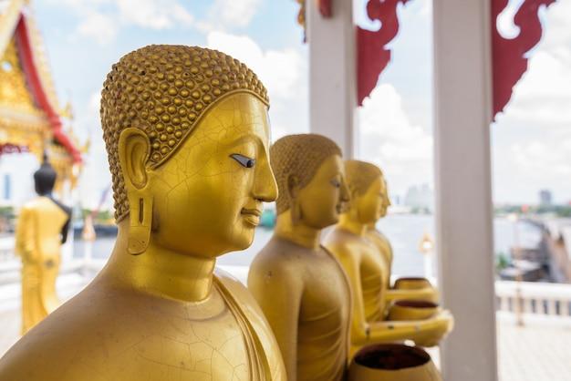 Retrato de estátuas douradas de buda no templo budista