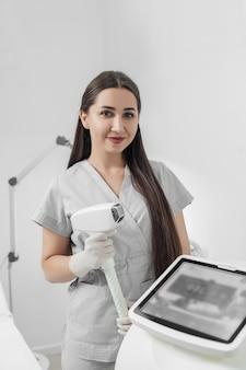 Retrato de esteticista fazendo uma depilação a laser e procedimento de cosmetologia