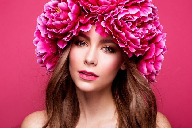 Retrato de estilo de flor de uma jovem beleza