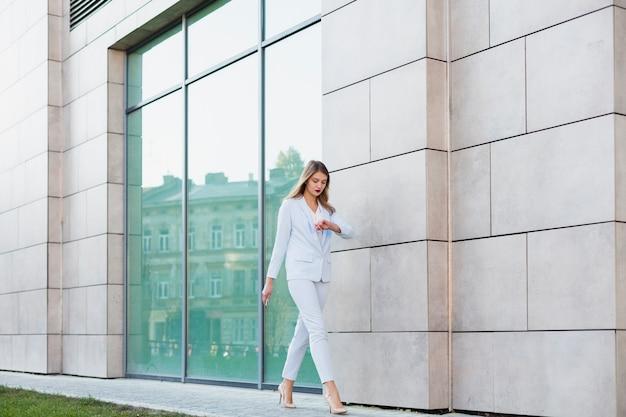 Retrato de estilo de vida de mulher de negócios