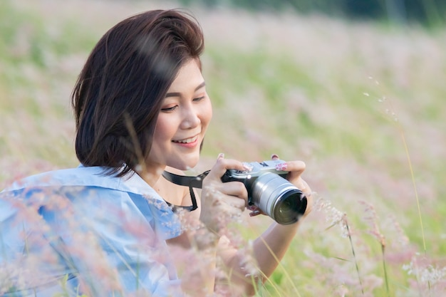 Retrato de estilo de vida de verão ao ar livre da bela jovem asiática se divertindo