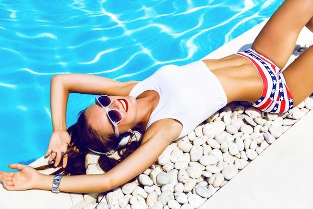 Retrato de estilo de vida de verão de garota jovem hippie