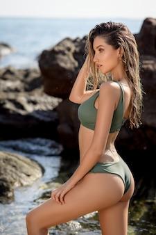 Retrato de estilo de vida de verão de mulher jovem e bonita com corpo bronzeado.