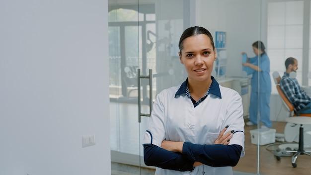 Retrato de estomatologista caucasiano de uniforme