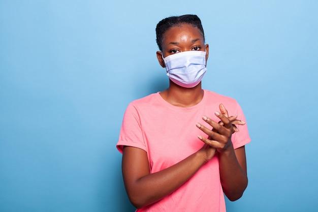 Retrato de estudante afro-americano com máscara de proteção médica