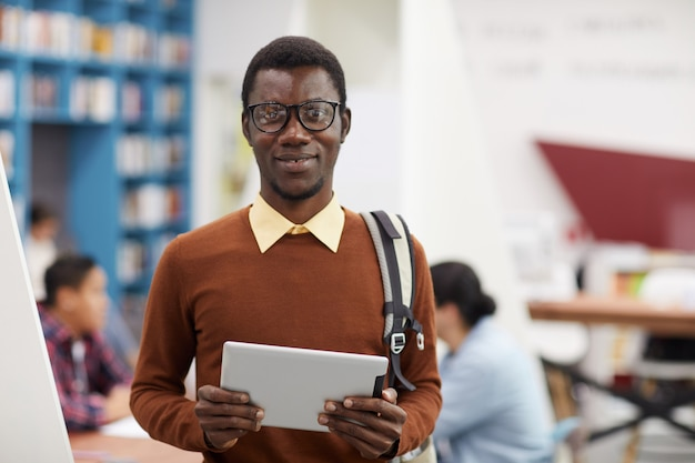 Retrato de estudante afro-americano inteligente