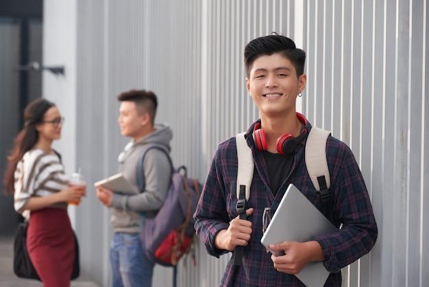 Retrato de estudante asiática sorridente