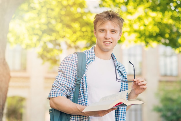 Retrato, de, estudante, com, livro