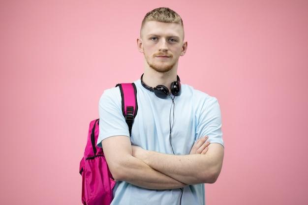 Retrato de estudante com um tablet na mão.