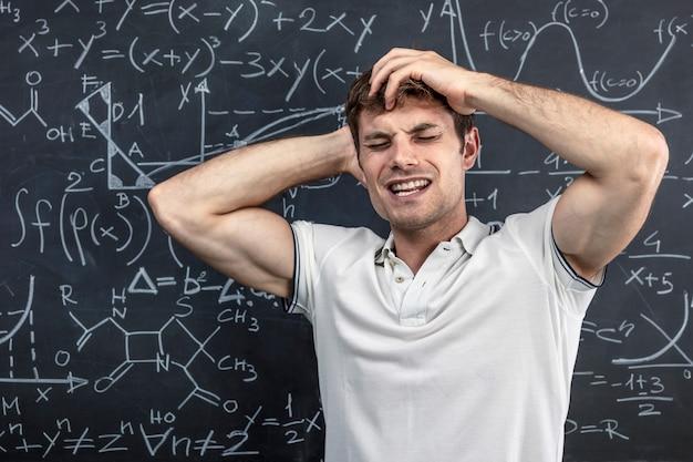 Retrato de estudante estressado