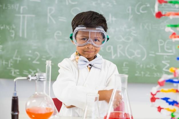 Retrato de estudante fazendo um experimento químico em laboratório