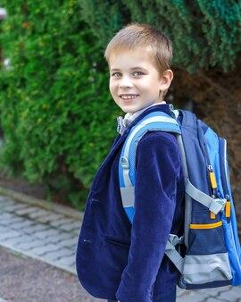 Retrato de estudante feliz indo para a escola pela primeira vez