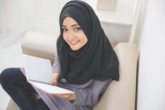Retrato de estudante feliz lendo um livro
