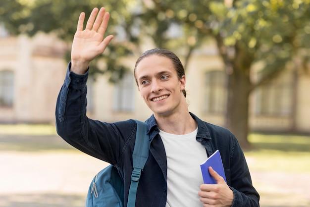 Retrato de estudante feliz por estar de volta à universidade
