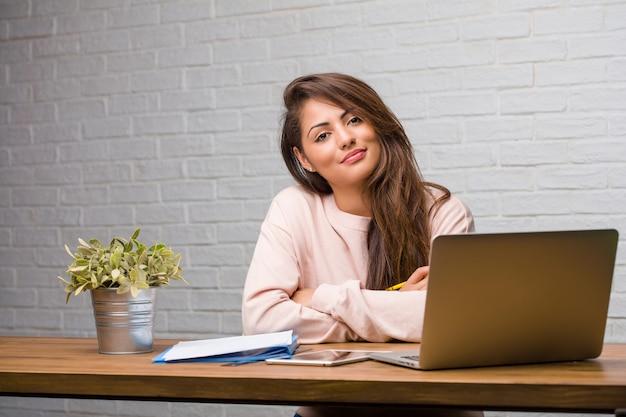 Retrato, de, estudante jovem, latim, mulher senta-se, ligado, dela, escrivaninha, cruzando seus braços