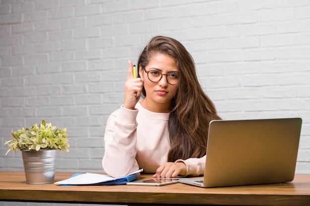 Retrato, de, estudante jovem, latim, mulher sentando, ligado, dela, escrivaninha, mostrando, numere um