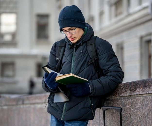 Retrato de estudante masculino com livros