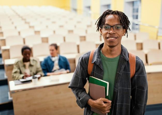 Retrato de estudante na frente de colegas