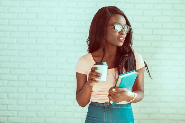 Retrato de estudante universitário americano africano feminino bonito