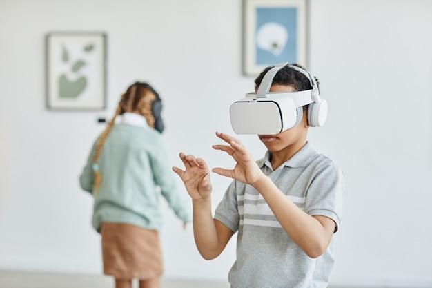 Retrato de estudante usando fone de ouvido de realidade virtual na galeria de arte enquanto desfruta de uma experiência imersiva, copie o espaço da cintura para cima
