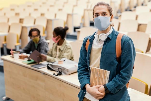 Retrato de estudante usando máscara médica