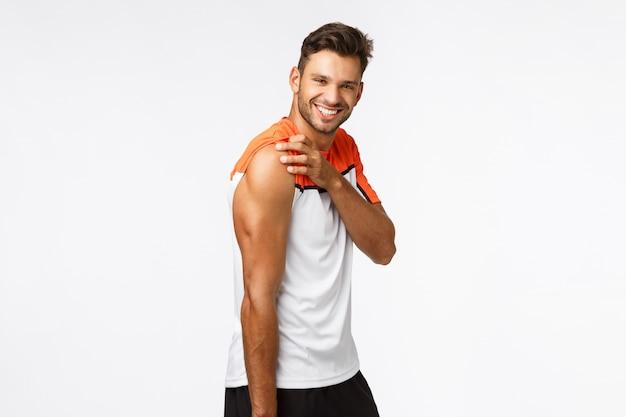 Retrato de estúdio atrevido, esportista bonito masculina em activewear