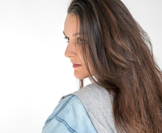 Retrato de estúdio de auto-estima de confiança de mulher