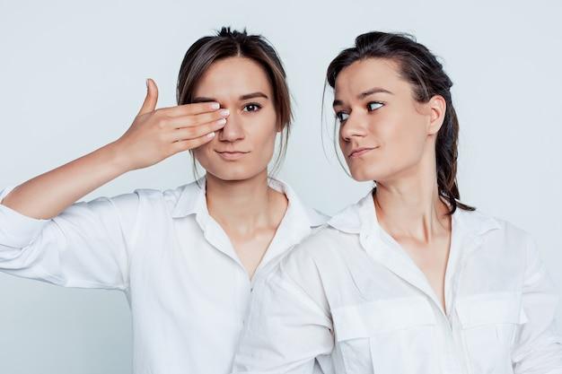 Retrato de estúdio de gêmeos femininos