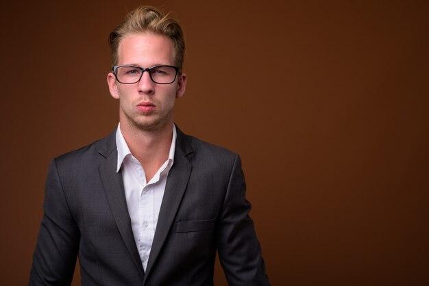 Retrato de estúdio de jovem empresário bonito com terno