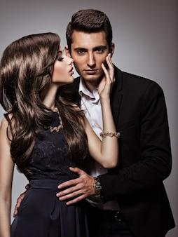 Retrato de estúdio de jovem lindo casal apaixonado