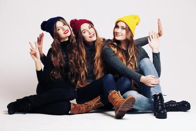 Retrato de estúdio de moda de um grupo de três jovens e belas modelos