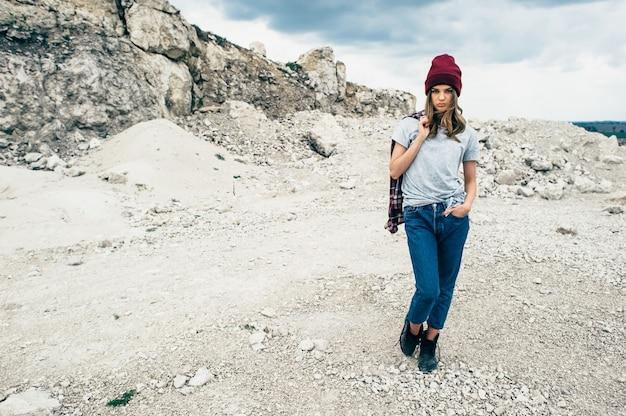 Retrato de estúdio de moda de uma mulher loira bonita e bonita com maquiagem sexy brilhante, vestindo camiseta e chapéu urbano elegante,