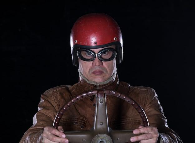 Retrato de estúdio de motorista de carro de corrida vintage