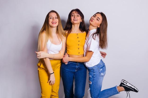 Retrato de estúdio de mulheres atraentes e sorridentes em uma foto de estúdio de fundo branco
