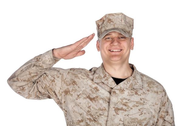 Retrato de estúdio de ombro sorridente soldado do exército dos estados unidos, infantaria marinha ou empreiteiro militar em uniforme de combate de camuflagem e boné de patrulha mostrando saudação de mão, isolado no fundo branco