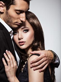 Retrato de estúdio de um jovem lindo casal apaixonado
