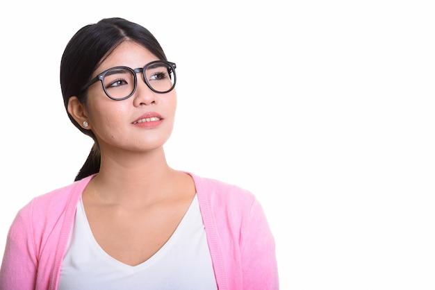 Retrato de estúdio de uma jovem asiática isolada no branco
