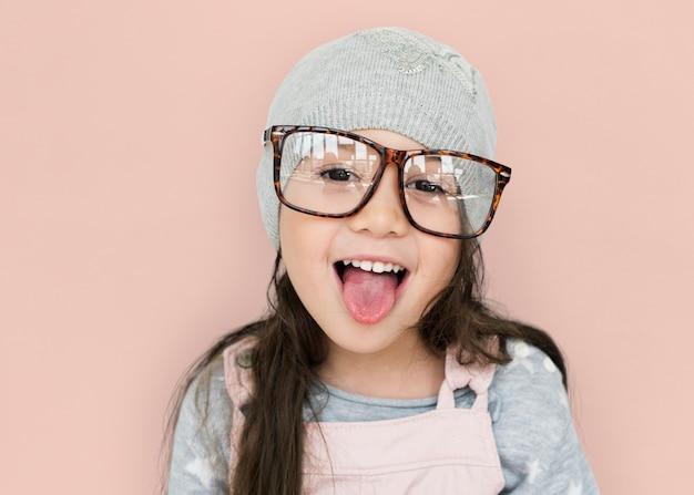 Retrato de estúdio de uma menina de óculos
