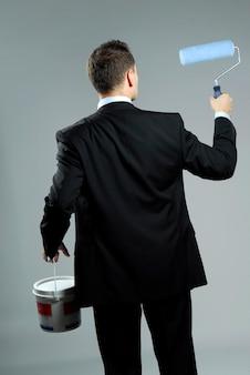 Retrato de estúdio de yang e empresário confiante