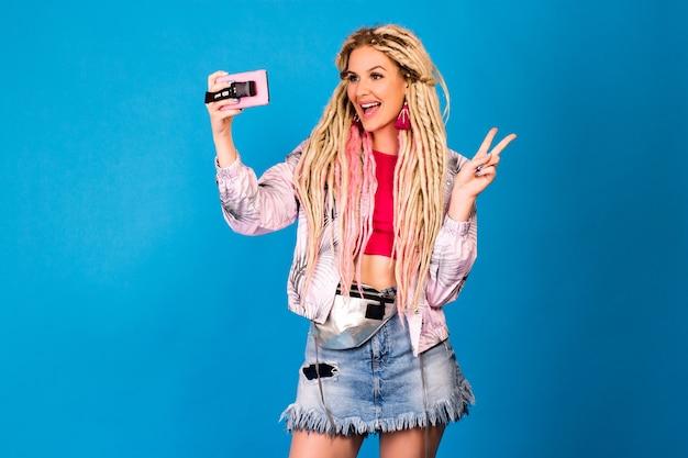 Retrato de estúdio engraçado de uma mulher hipster com dreads