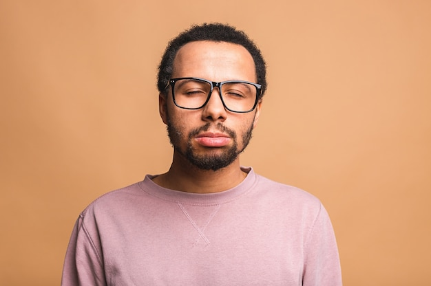 Retrato de estúdio tiro na cabeça sobre bege em branco isolado homem triste se sentindo frustrado e infeliz por ter problemas pessoais de coração partido