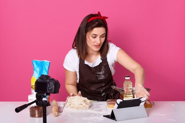 Retrato, de, europeu, morena, mulher cozinhando cozinha