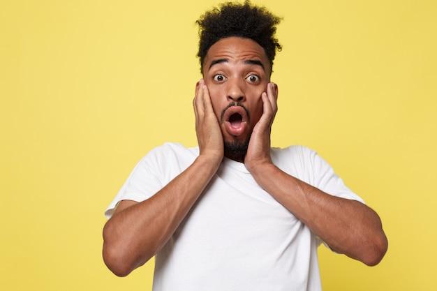 Retrato, de, excitado, jovem, homem americano africano, em, choque, e, assombro
