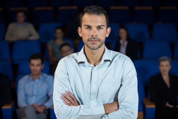 Retrato de executivo de negócios masculino no centro de conferências