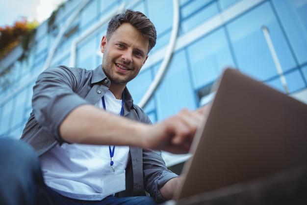 Retrato de executivo de negócios usando laptop